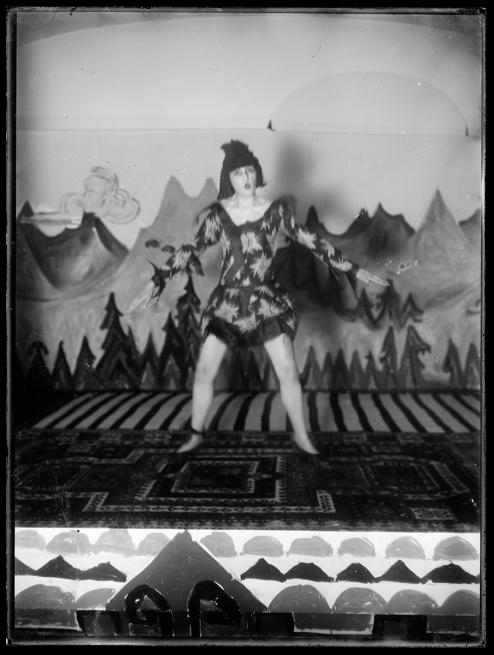 Nina Hard auf der Bühne der Zürcher Heilstätte Clavadel, September 1921, Glasnegativ, 24 x 18 cm, Kirchner Museum Davos, Schenkung Nachlass Ernst Ludwig Kirchner 1992, Kat 108
