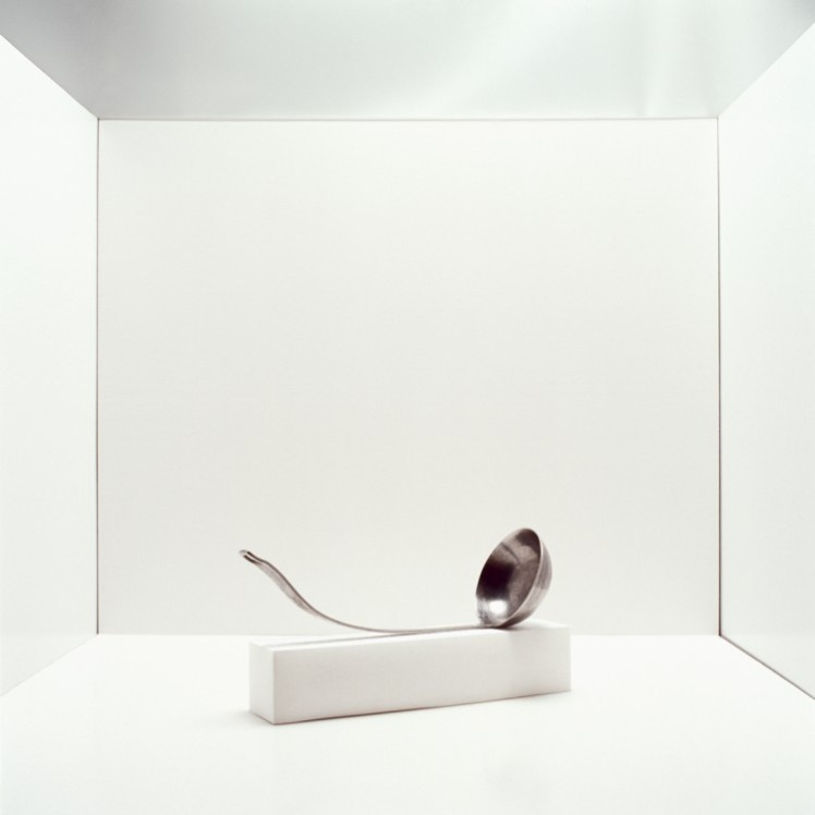 Simone Demandt, b28,12#05, Suppenkelle, 2012, Serie Instrumenta Sceleris, Pigmentdruck auf Papier, 60 x 60 cm © VG Bild Kunst 2016